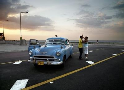 Chevy azul y pareja bailando © José María Mellado
