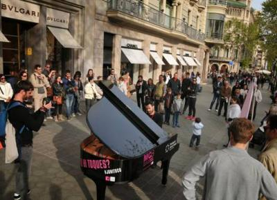 Maria Canals, Pianos in the street